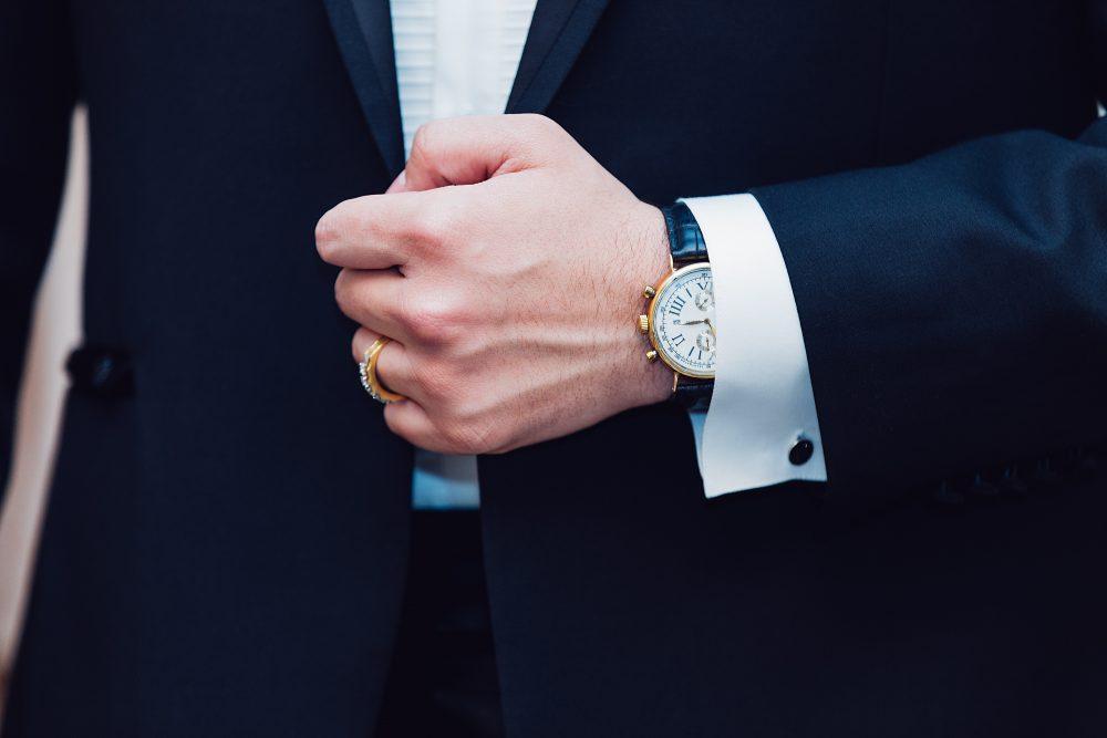 Um homem de terno, simbolizando um advogado para ilustrar o código de ética da OAB