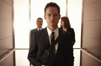 Close de cena onde aparece o personagem Mike Ross, do seriado Suits
