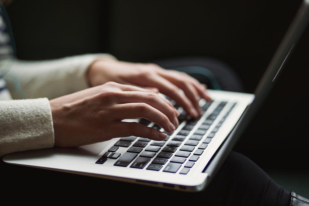 Uma advogada digitando em um notebook, representando a importância do Marketing Jurídico Digital