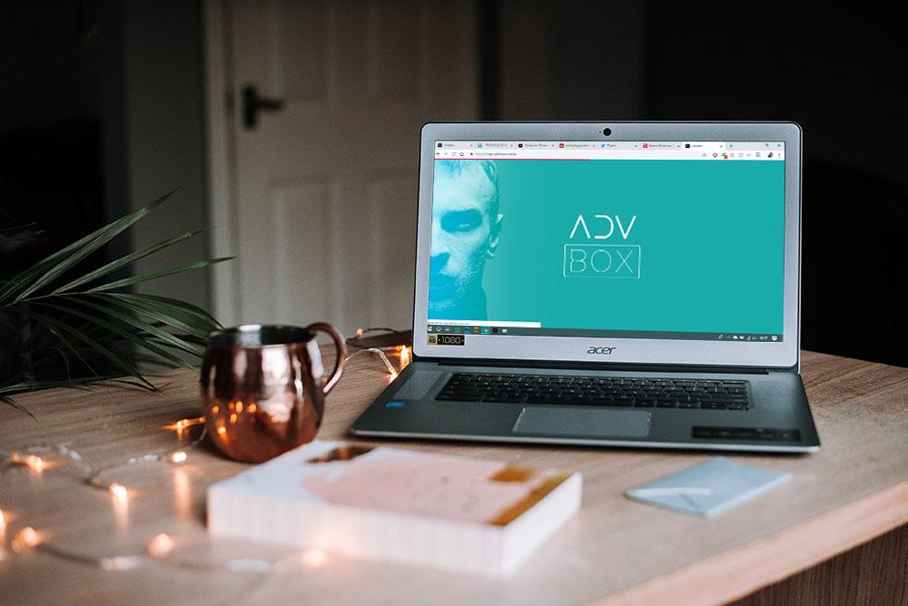 Um notebook sobre uma mesa com a plataforma ADVBOX sendo exibida na tela, representando demais Softwares para advogados