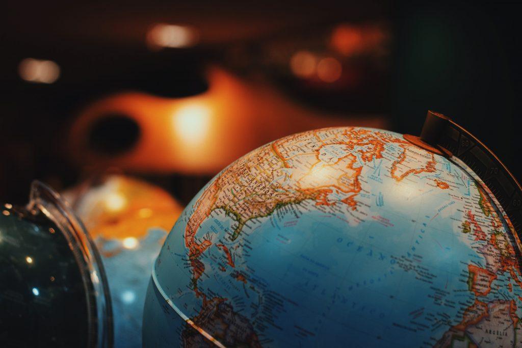 Foto de um globo terrestre,simbolizando o fim de barreiras geográficas através do Marketing Jurídico digital