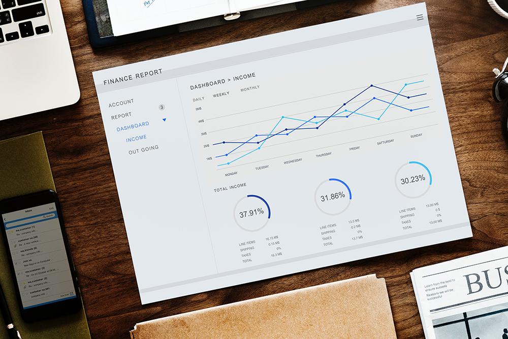 Foto de um papel com gráfico de finanças e produtividade impresso, representando medidas para performar mais em escritórios de advocacia