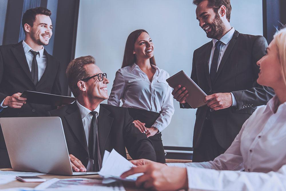 Equipe reunida em sala de reunião, representa a boa gestão de equipe jurídica