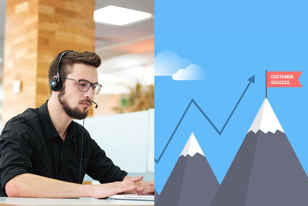 """A foto está dividida ao meio mostrando duas imagens. À esquerda, um homem de óculos em frente a um computador com um microfone headset para atender ligações, representando o suporte técnico. À direita, uma ilustração de algumas montanhas, onde o pico mais alto tem uma bandeira escrita """"sucesso"""". As montanhas são contornadas por setas indicando a subida. Representa a função de um Consultor de Sucesso."""