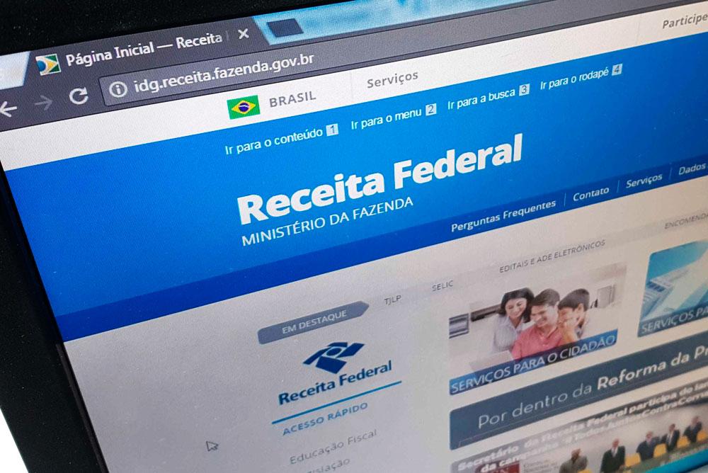 Foto mostra a tela de um computador exibindo o site da receita federal. Representam os cuidados par anão ter problemas com a receita federal na advocacia.