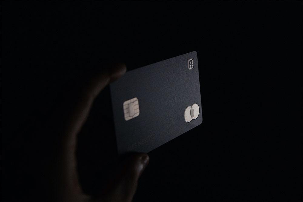 um cartão de crédito sendo segurado por uma mão. Simboliza a possibilidade de pagar Honorários advocatícios de diversas formas.