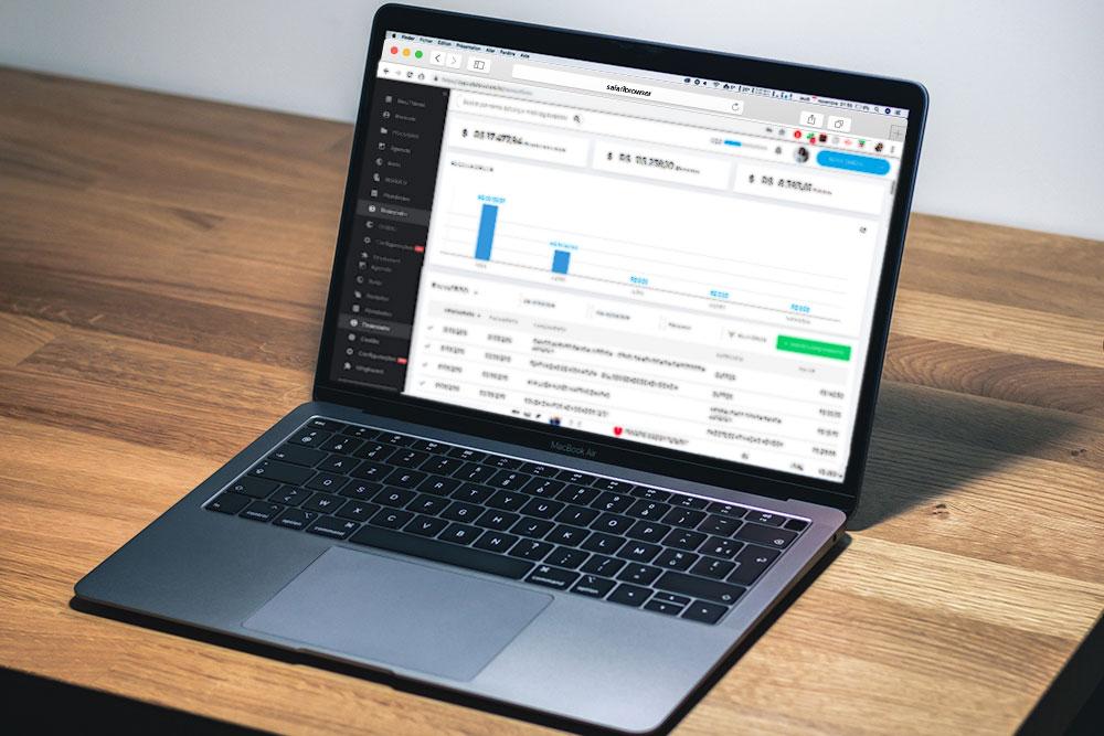 Notebook sobre uma mesa. Na tela, está exibida a interface da ADVBOX, software com controle financeiro para escritórios de advocacia