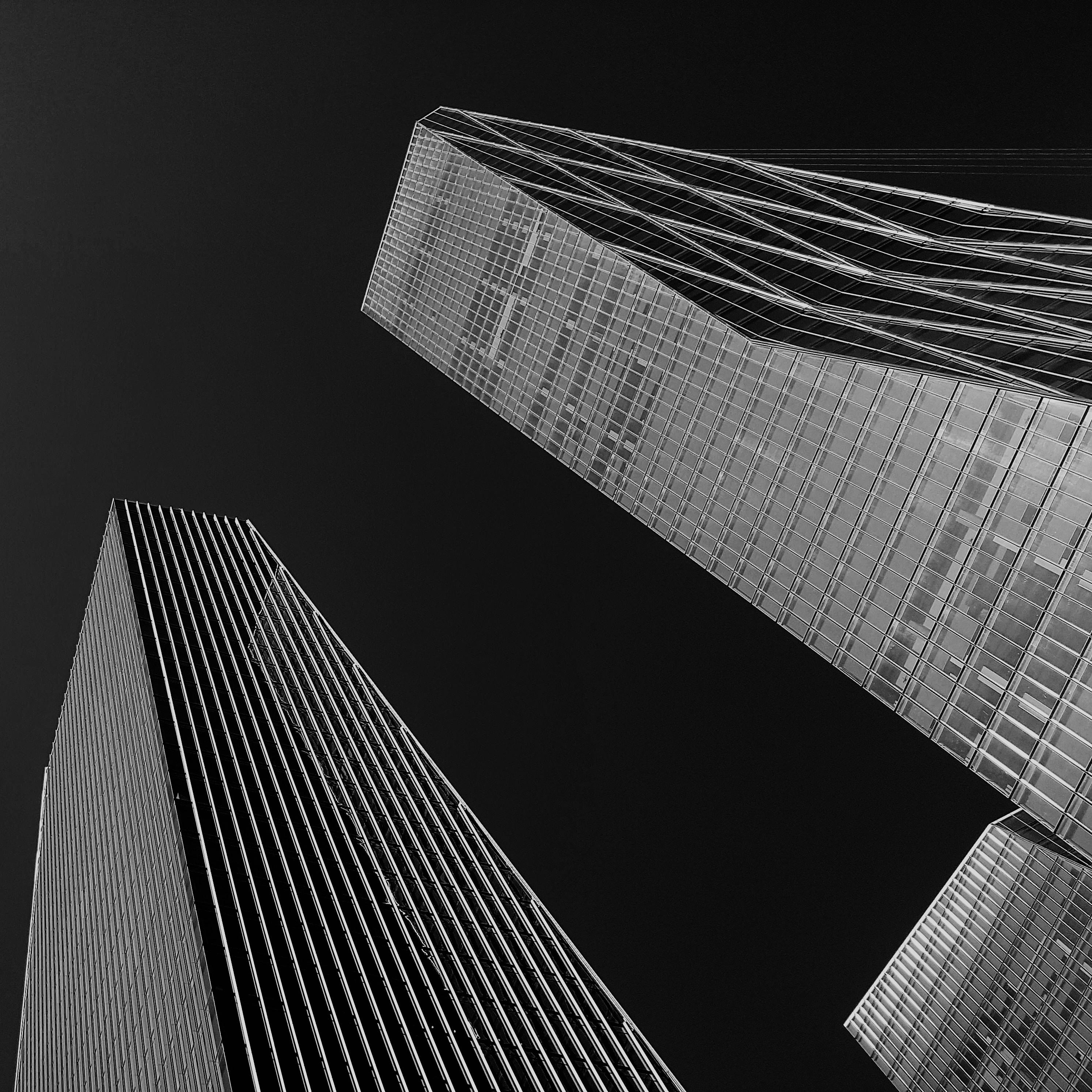 Foto de prédios cinzas muito altos em zona urbana. Saiba mais como se tornar um grande escritório e superar a concorrência no mercado de advocacia no brasil.