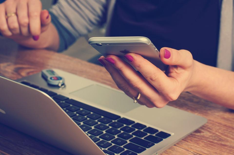 Pessoa vendo informações do programa de recompensas advbox
