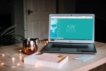 Notebook aberto em mesa com plataforma ADVBOX para advocacia digital na tela.